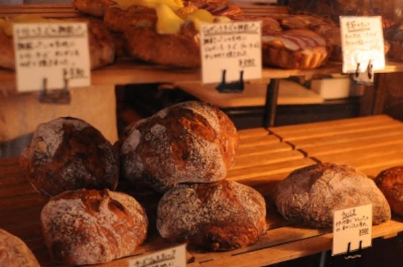 こんがり焼けた素朴な表情のパンが並ぶ