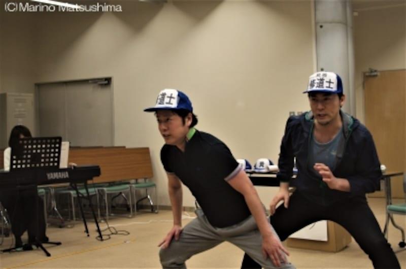 『グーテンバーグ!ザ・ミュージカル!』稽古より。大真面目なお二人、写真ではカッコいいナンバーに見えますが、歌っている内容は……ご期待ください。(C)MarinoMatsushima