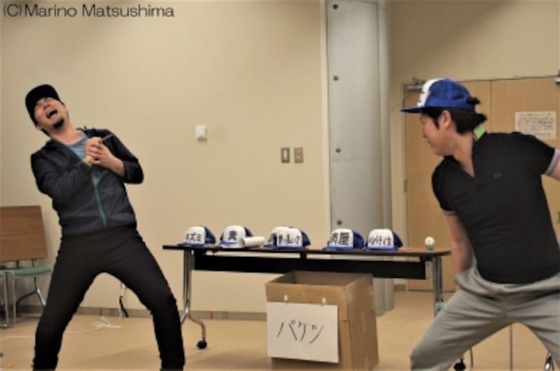 『グーテンバーグ!ザ・ミュージカル!』稽古より。古典的なトリックで演じられるこの場面にも、手を抜かないお二人。(C)MarinoMatsushima