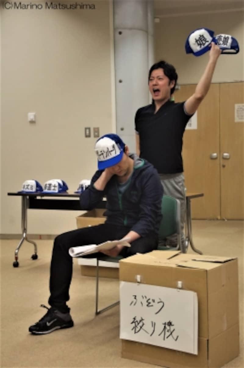 『グーテンバーグ!ザ・ミュージカル!』稽古より。キャップを二つ原田さん、同時に二人の人物を演じます。(C)MarinoMatsushima