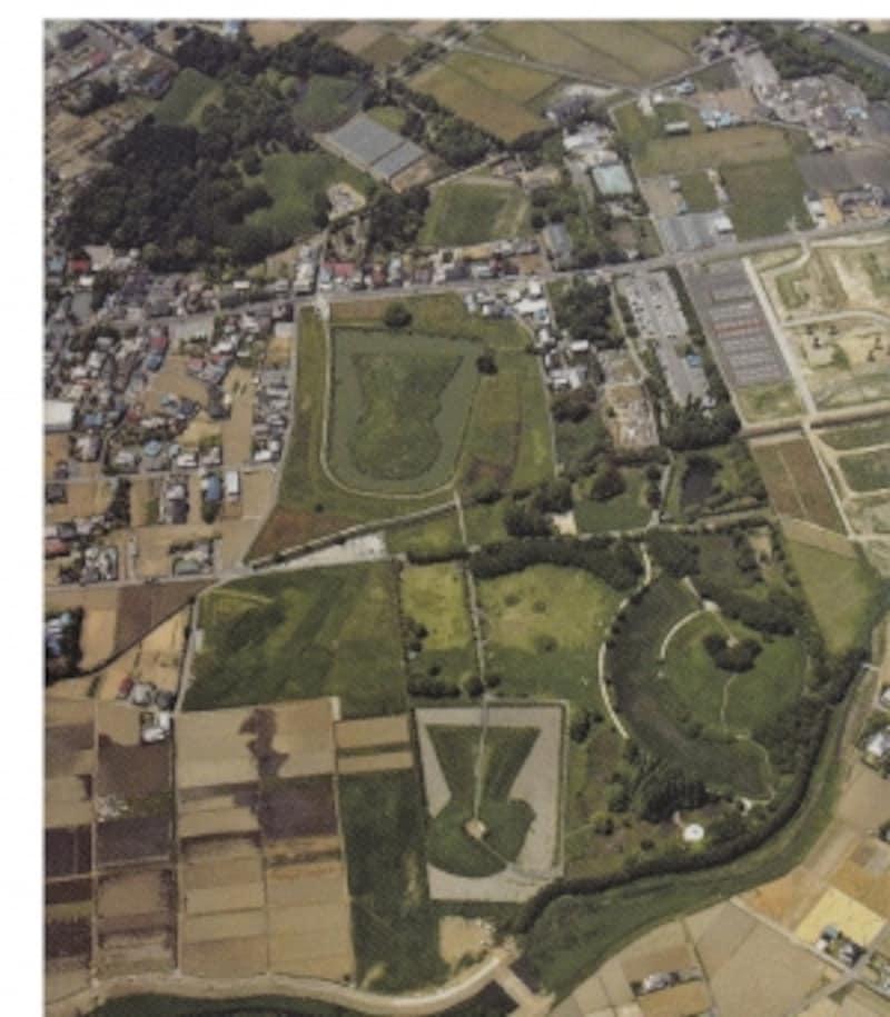 さきたま史跡の博物館のパンフレットに掲載されるさきたま古墳公園の航空写真