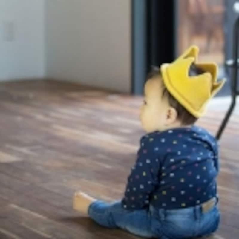 王冠をかぶった1歳の男の子