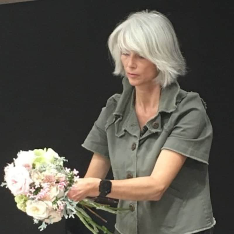 来日生花で作るウエディングブーケレッスンを行ったクラリス・ベローさん。