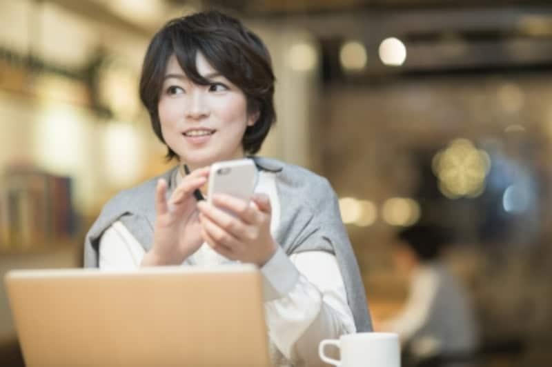 作業しながら横目で見る女性