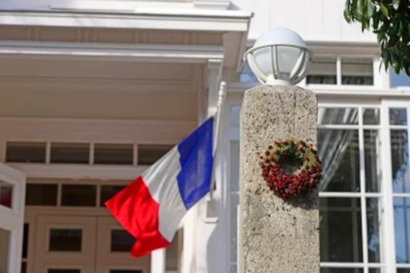 フランス国旗は公共の建物に掲げられています