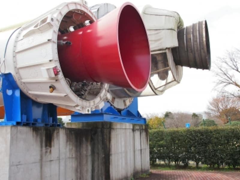 かなりの迫力だ。ちなみに奥がロケットエンジンで、手前は固定ロケットブースタだ