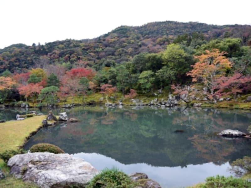 嵐山を借景にした曹源池庭園