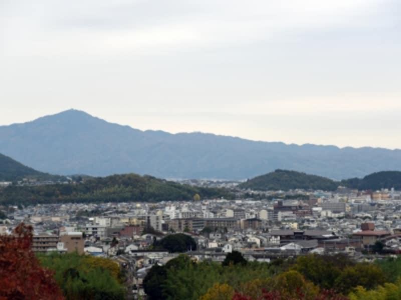 「市内展望台」からの眺望。奥に見える高い山が比叡山
