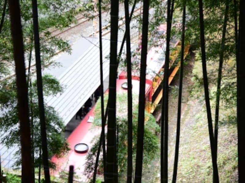 「トロッコ嵐山」駅に停車中のトロッコ列車