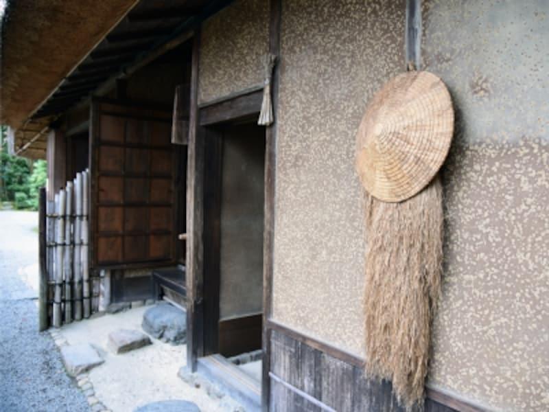 落柿舎建物入口の笠と蓑