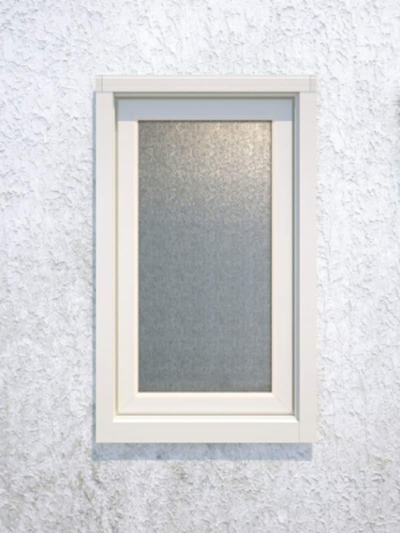 トイレや洗面室などの小窓には、型板ガラスをもちいても。簡単施工でリフォームしやすい商品。[マドリモAfter樹脂窓たてすべり出し窓外観YW]undefinedYKKAPhttp://www.ykkap.co.jp/