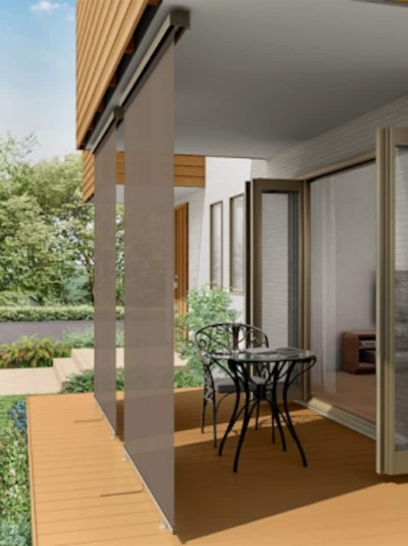 軒や庇にシェードを下すことで、視線を遮りつつ、快適な空間が実現する。[スタイルシェードundefined外観イメージ天井付けデッキ固定タイプ]LIXILundefinedhttp://www.lixil.co.jp/