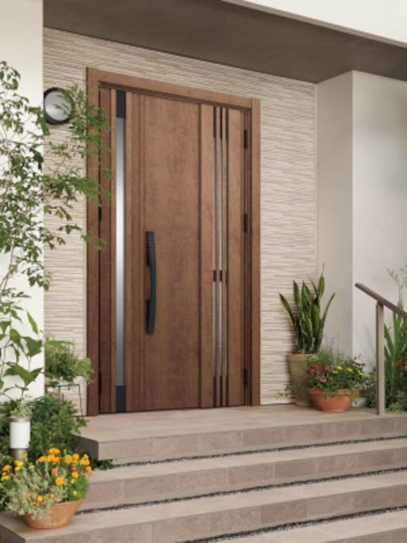既存の枠の上に新しいドアを枠ごと取り付ける「カバー工法」のため、1日で完成。壁や床などを傷める心配もない。[TOSTEMリシェント玄関ドア3] LIXIL http://www.lixil.co.jp/