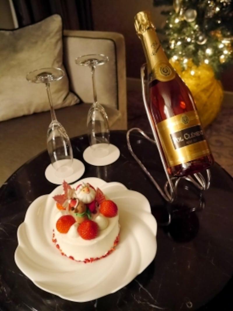 2人で楽しむには十分な大きさのクリスマスケーキとスパークリングワイン
