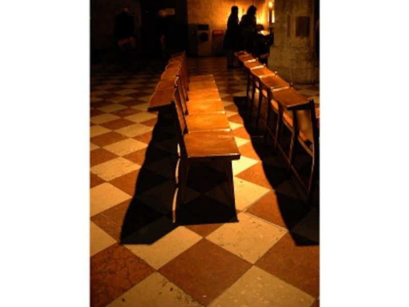 シュテファン大寺院内の椅子風景画像
