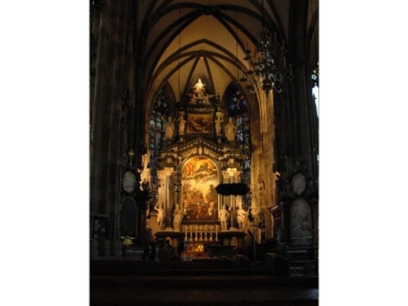 シュテファン大寺院内の祭壇風景