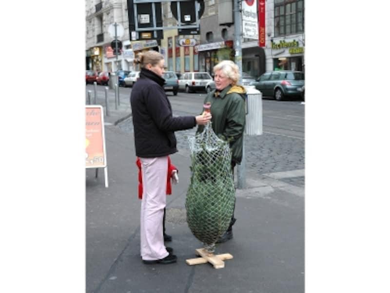 クリスマスツリーを買って、立ち話風景画像