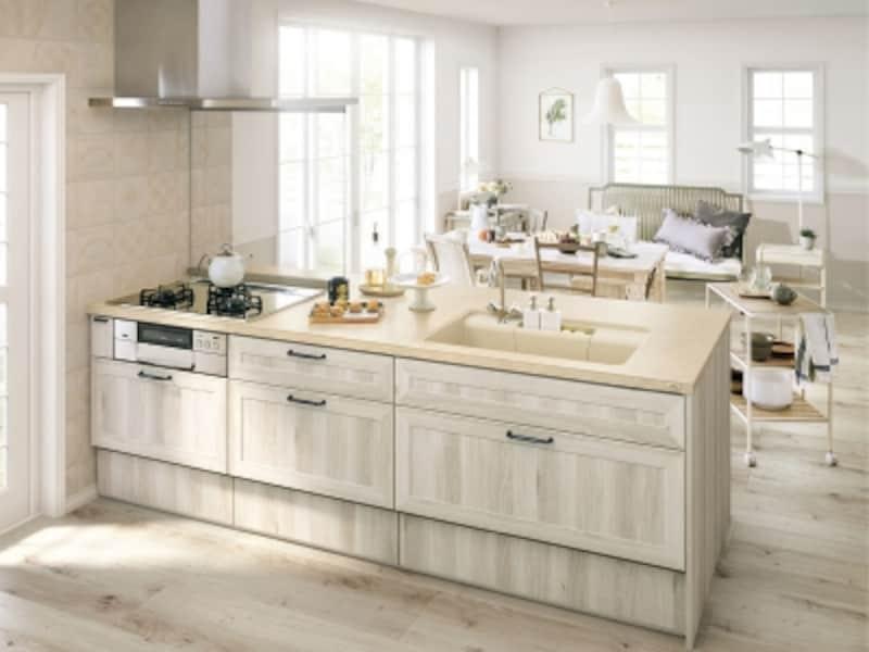 明るくナチュラルな雰囲気のキッチンに。デザイン性のある取っ手がポイントに。[リシェルSI]undefinedLIXILundefinedhttp://www.lixil.co.jp/