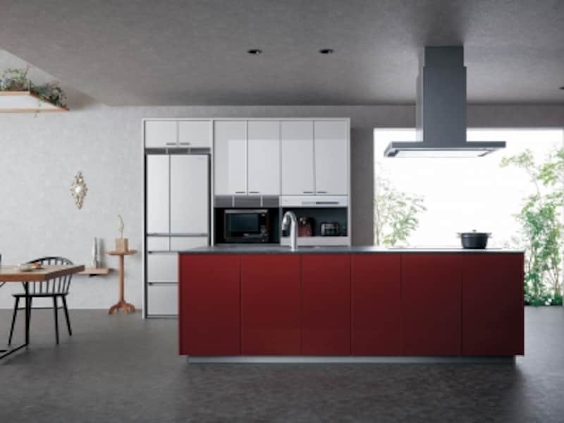 背面の収納とフロアキャビネットの色を変えて印象的なキッチンに。[Lクラスキッチンundefinedプラン例セミフロートアイランドプランundefinedソレア40ルージュレッド(CL)/マルカ30シルキーゴールド(U2)]undefinedパナソニックエコソリューションズundefinedhttp://sumai.panasonic.jp/