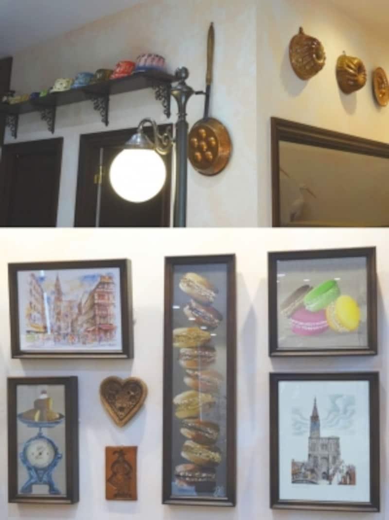 店内に飾られたお菓子の型や絵画