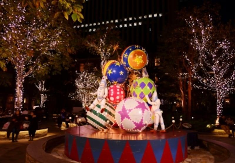 丸の内パブリックスクエアundefined一号館広場のエルフの玉乗りツリー