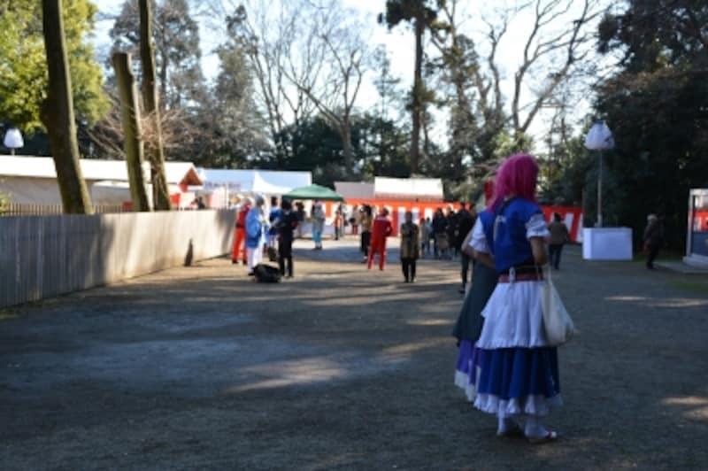 鷲宮神社の境内で記念撮影をするコスプレイヤー