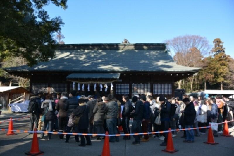 鷲宮神社拝殿に向かって参拝する初詣客