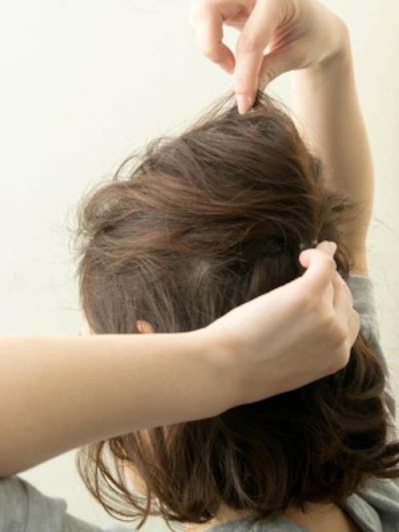 こまかく毛束を引き出し、締まってる部分とゆるくなっている部分のメリハリをつくります