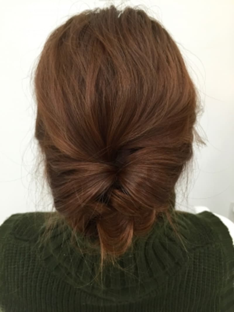 オフィスでもOK!低めの位置で丸め込む簡単まとめ髪