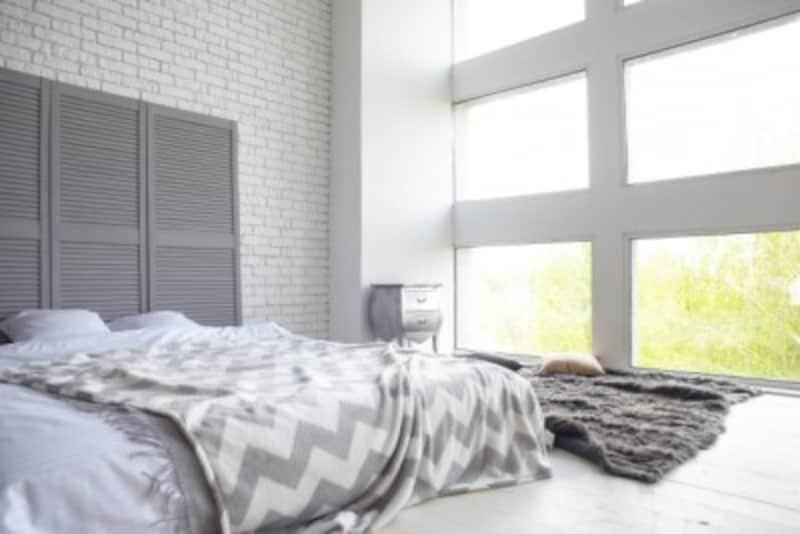 ベッドや寝床は、窓や壁から少し離すこともポイントです