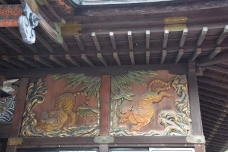 本殿正面の壁に描かれる左甚五郎作の「子宝・子育ての虎」