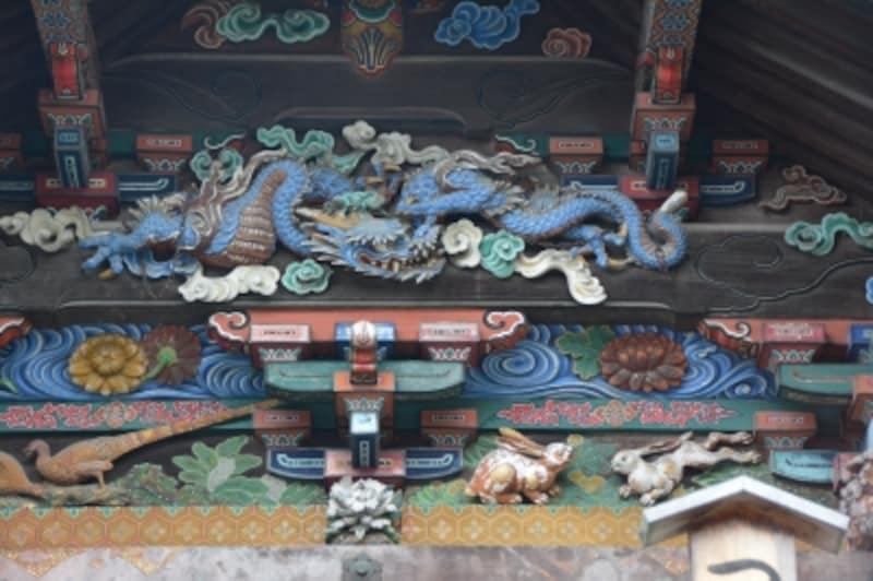 本殿東壁面に刻まれた左甚五郎作の「つなぎの龍」