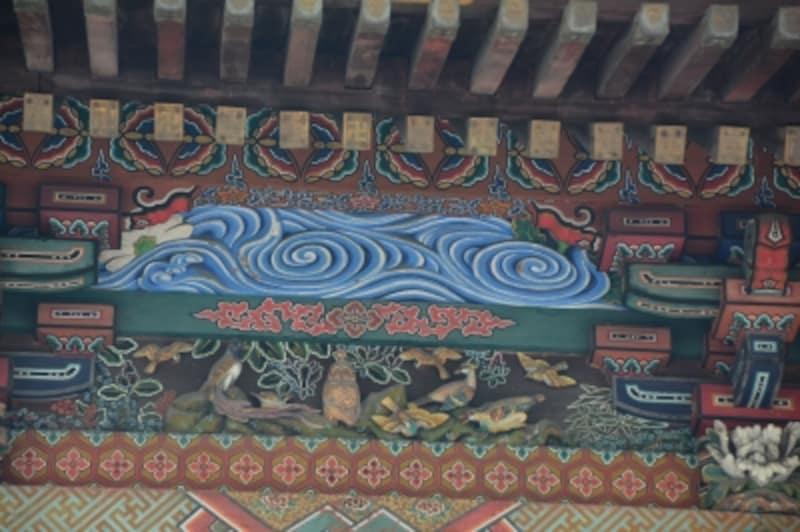 本殿北壁面で首をひねる「北晨の梟」