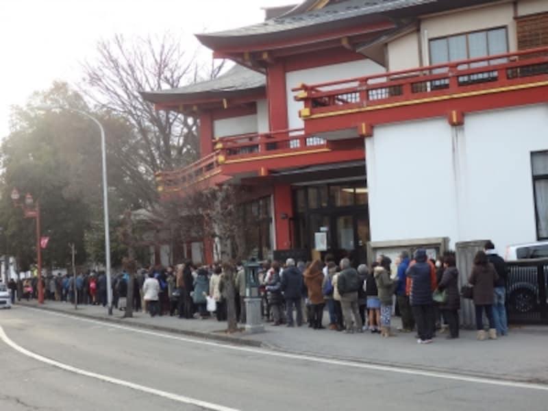 2015年1月1日15:02に秩父駅に向かう初詣客の行列最後尾
