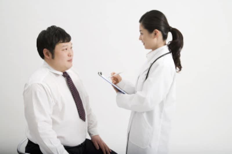 問診を受ける男性