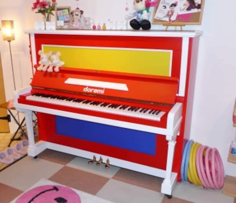 カラフルなリメイクピアノの写真