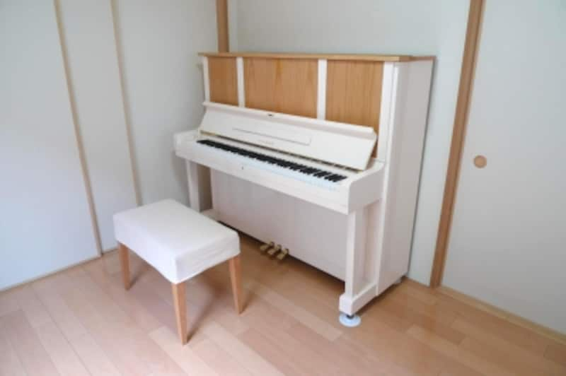 ホワイトと木のリメイクピアノの写真