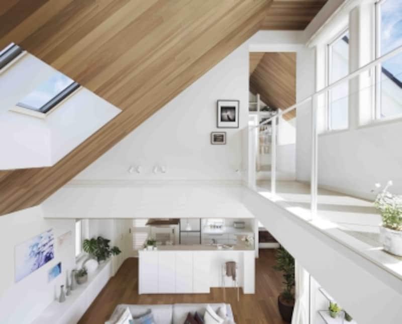 梁のないシンプルな小屋組が、ダイナミックな勾配天井を実現しています