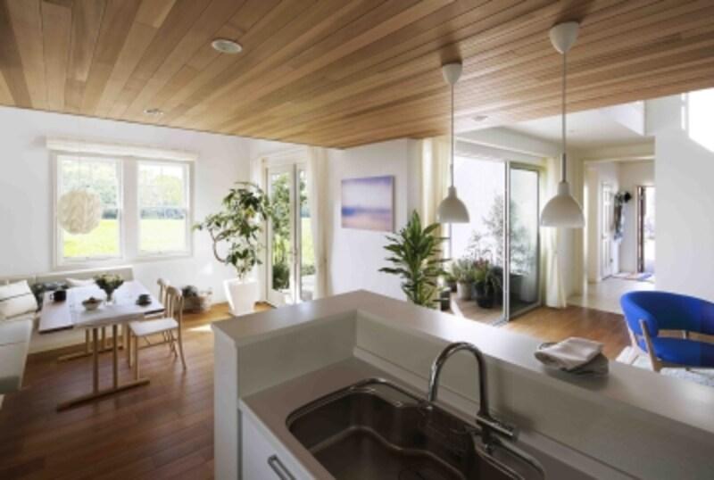 室内だけでなく、中庭まで視線が通るキッチン。回遊動線や豊富な収納スペースを採用しているので使い勝手も抜群です