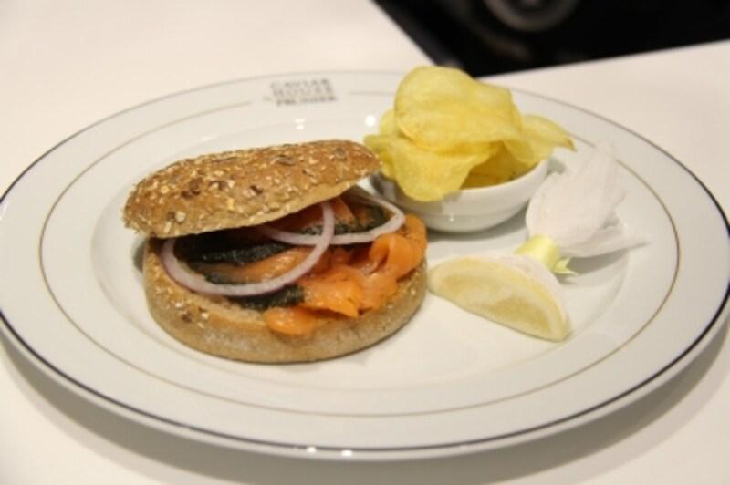 さすが銀座、というようなサーモンのサンドイッチ