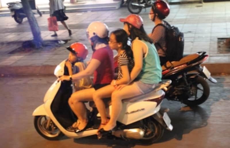 大人が子供を挟んで乗る