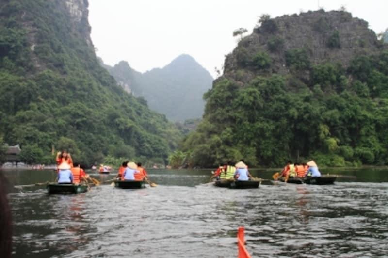 チャンアンを進む手漕ぎボート