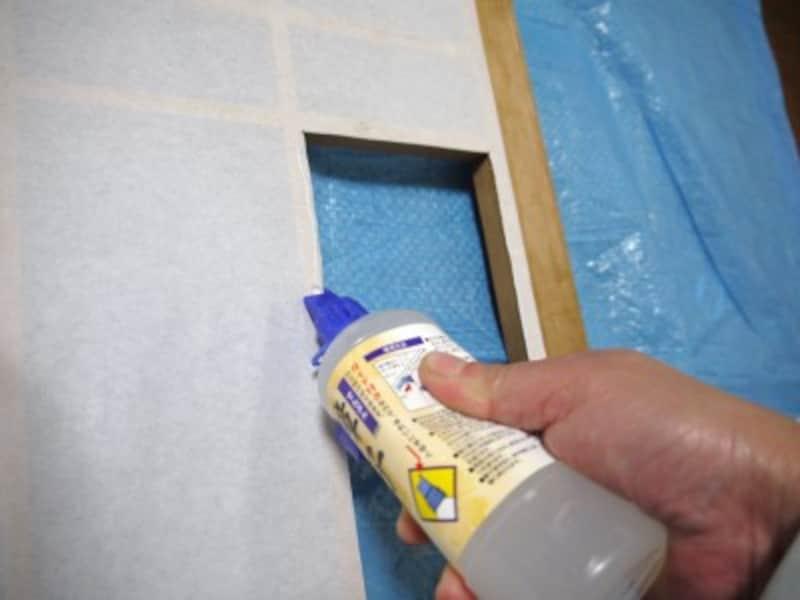 障子の部分補修:桟の障子紙の上からのりを付けます