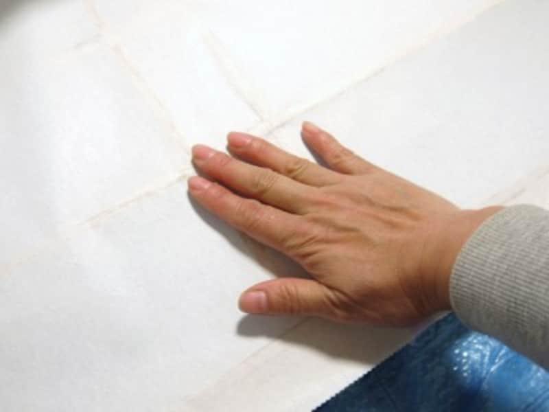 障子の張替え:指でさっとなでるようにします