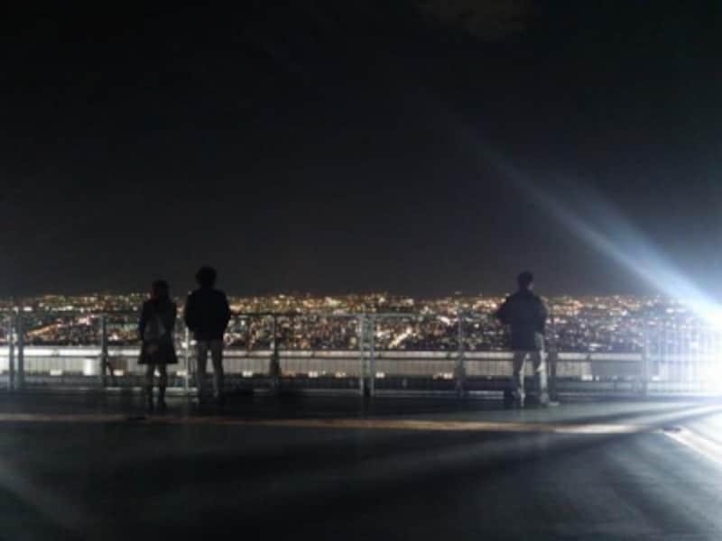 ハルカス300のヘリポートと眼下に広がる大阪の夜景