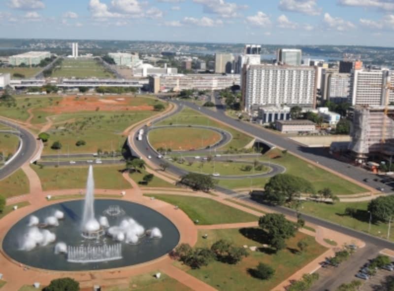 ブラジリアの中心地、車道が広い街並み