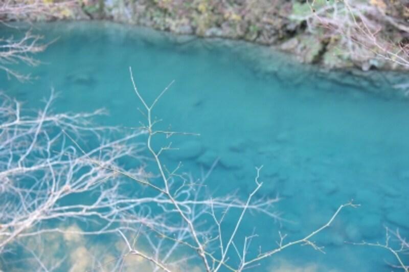 神秘的なブルーの川