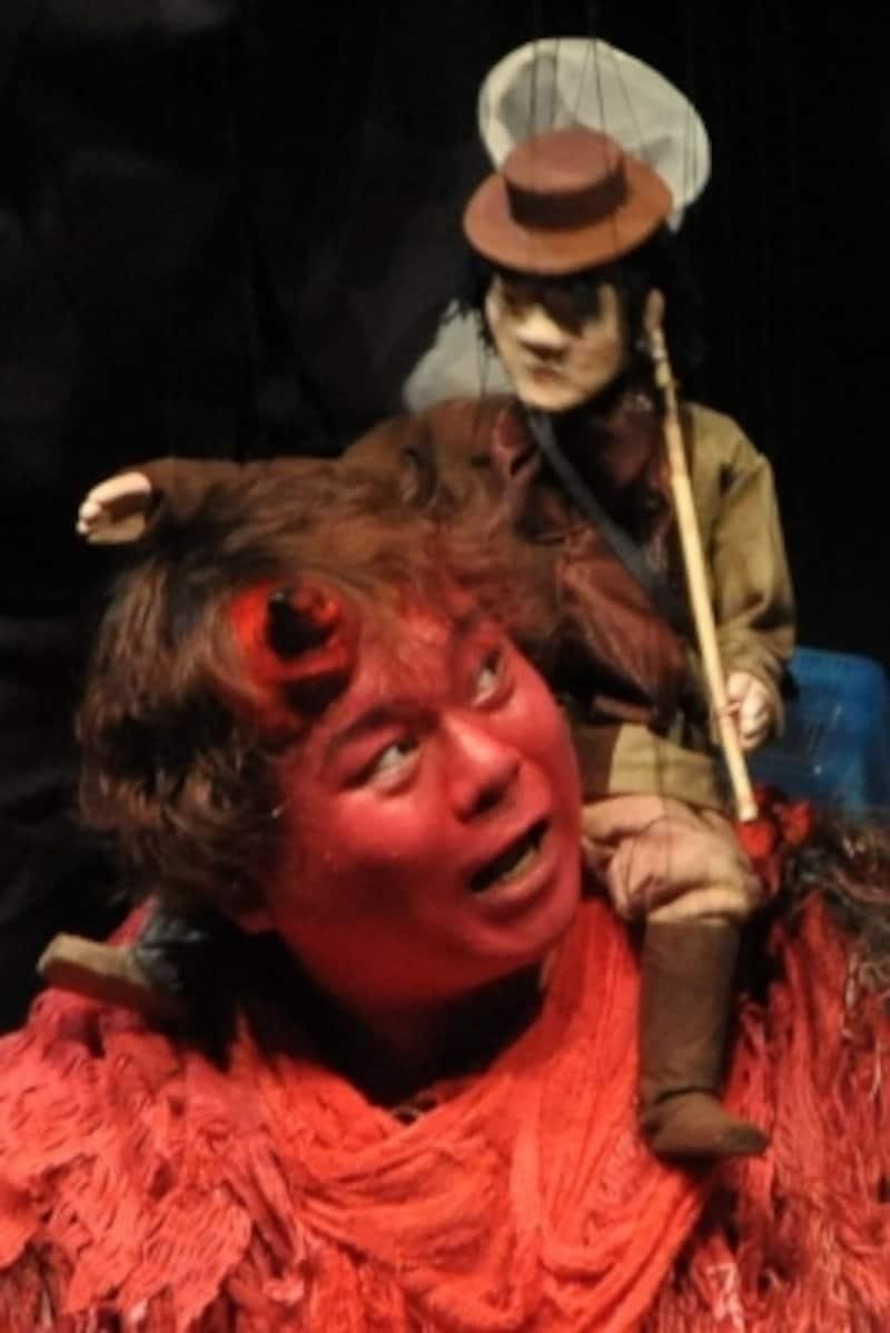 『泣いた赤鬼』公開稽古より。人間に恐れられていた赤鬼は、ある出来事を境に人気者になる。写真提供:一糸座