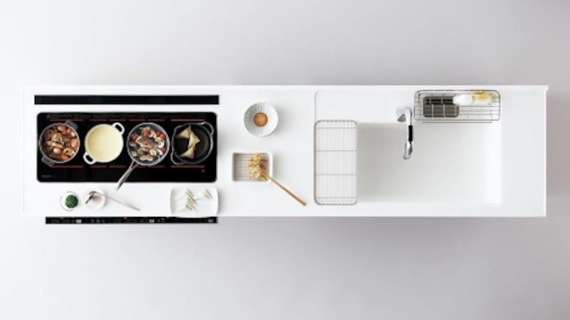 4つの鍋を同時に加熱でき、大鍋やオーバル鍋も使用可能。手前にお皿が置けるので、スムーズに盛り付けも。床への油の飛散も少なくなる。[マルチワイドIH] パナソニックエコソリューションズ http://sumai.panasonic.jp/
