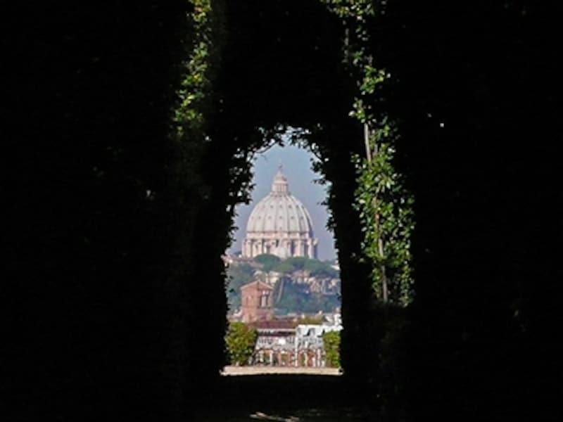 アヴェンティーノの丘、マルタ騎士団の館から見たサン・ピエトロ大聖堂
